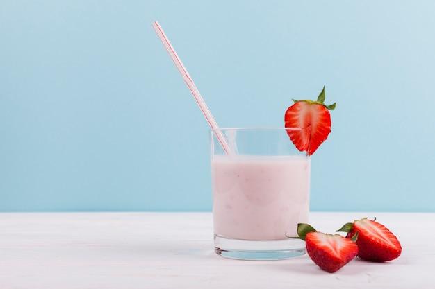 Morango com batido de iogurte Foto gratuita