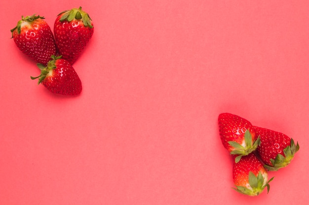 Morango madura doce na terra traseira cor-de-rosa Foto gratuita