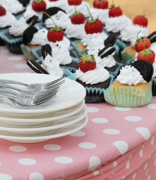 Morango no bolo de chocolate ao ar livre, bolo de casamento Foto Premium