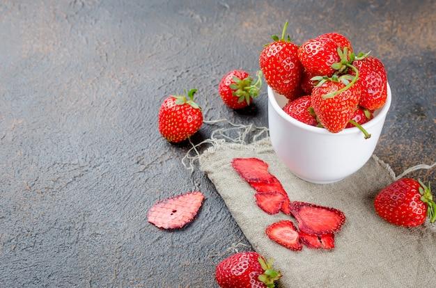 Morango suculenta madura, lascas secas da fruta e pastilha das morangos Foto Premium