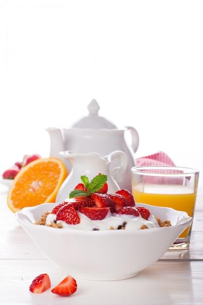 Morangos frescos, iogurte e granola caseira Foto Premium