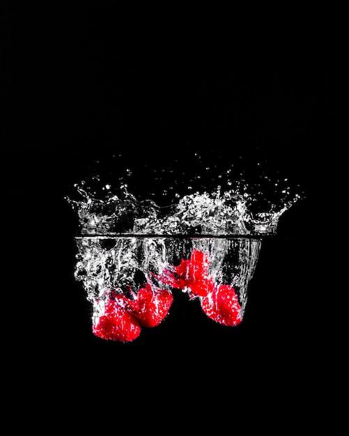 Morangos mergulhando na água Foto gratuita