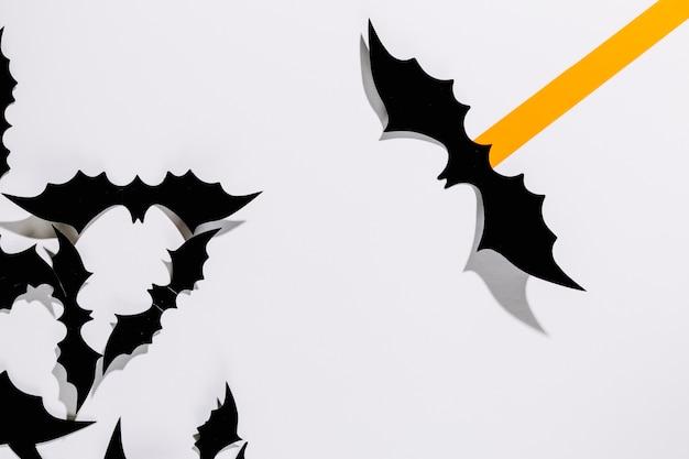 Morcegos decorativos de Halloween com tarja de papel laranja ...