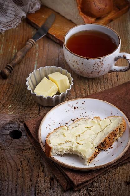 Mordido pedaço de pão com manteiga Foto Premium