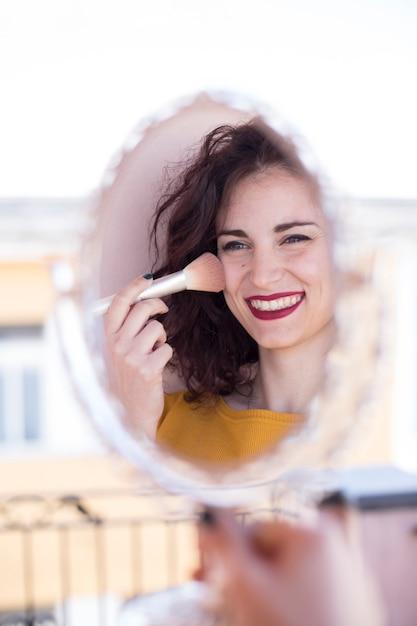 Morena blogueira fazendo ela se maquiar Foto gratuita