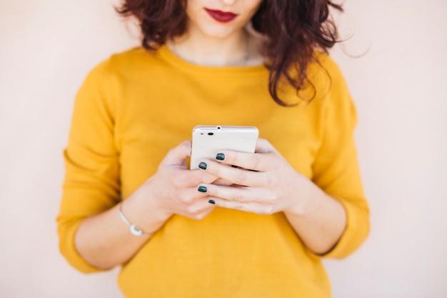 Morena blogueira usando telefone celular Foto gratuita