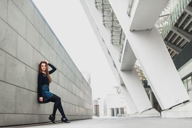 Morena bonita em uma cidade moderna Foto Premium
