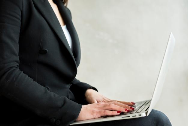 Morena, executiva, cante, laptop Foto gratuita