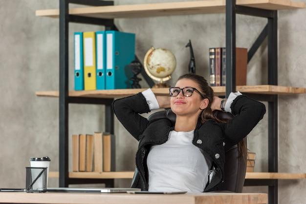 Morena, executiva, relaxante, em, dela, escritório Foto gratuita