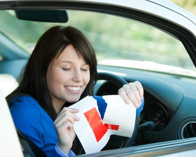 Morena, menina adolescente, sentando, em, dela, car, rasgar, um, lsign Foto Premium
