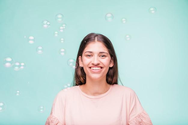 Morena modelo com bolhas Foto gratuita