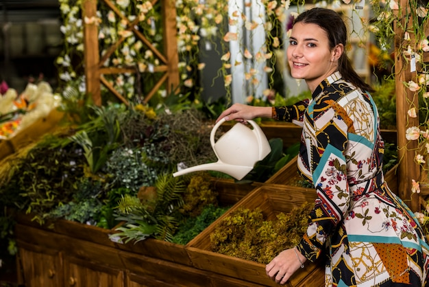 """Resultado de imagem para imagem de mulher morena na jardinagem"""""""