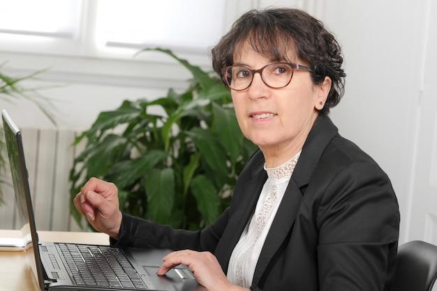 Morena mulher madura usando laptop Foto Premium