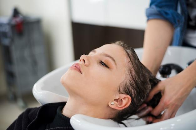 Morena, mulher, obtendo, dela, cabelo, lavado Foto gratuita