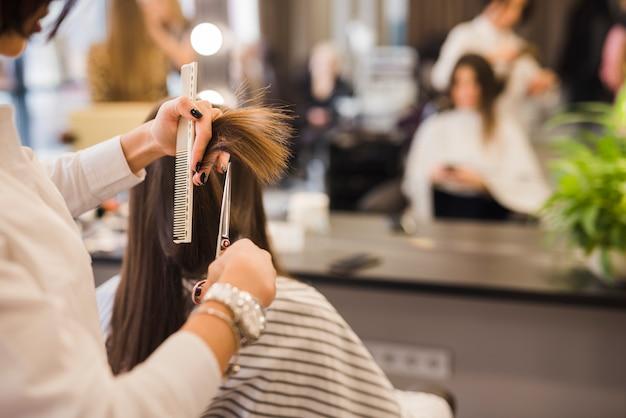Morena, mulher, obtendo, dela, corte cabelo Foto gratuita
