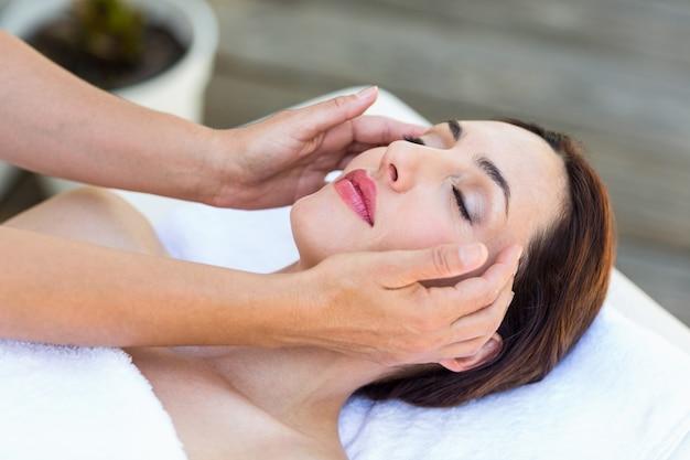 Morena recebendo massagem na cabeça Foto Premium