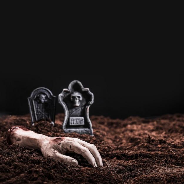 Morto servido mão no cemitério à noite Foto gratuita