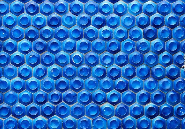 Mosaico do período soviético em forma de favos de mel na parede de concreto. foco seletivo. Foto Premium