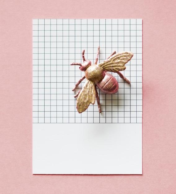 Mosca em miniatura colorida em um papel Foto gratuita