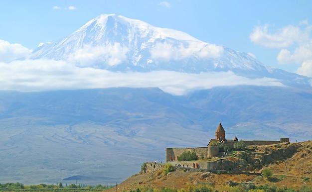 Mosteiro de khor virap com o monte ararat em pano de fundo, um dos locais mais visitados da armênia Foto Premium