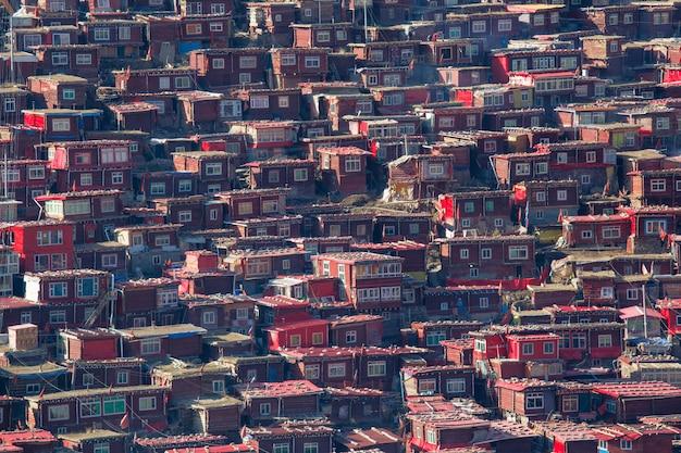 Mosteiro de vista superior em larung gar (academia budista), sichuan, china Foto Premium