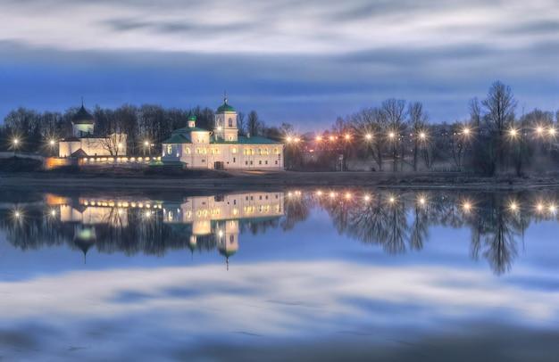 Mosteiro mirozhsky em pskov e o reflexo do rio velikaya Foto Premium
