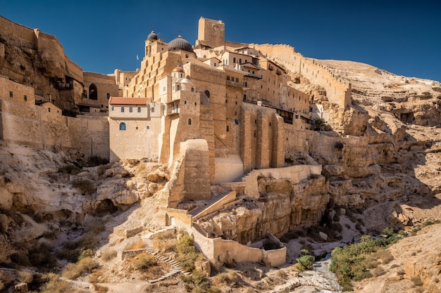 Mosteiro na rocha Foto Premium