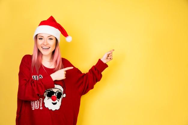 Mostrando menina com roupa de papai noel vermelho Foto gratuita
