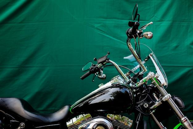 Moto estacionada na frente de fundo verde Foto gratuita