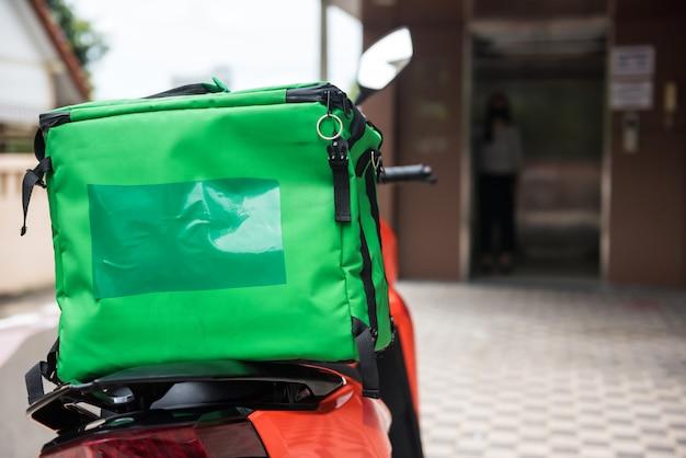Motocicleta de entrega com caixa de alimentos Foto Premium