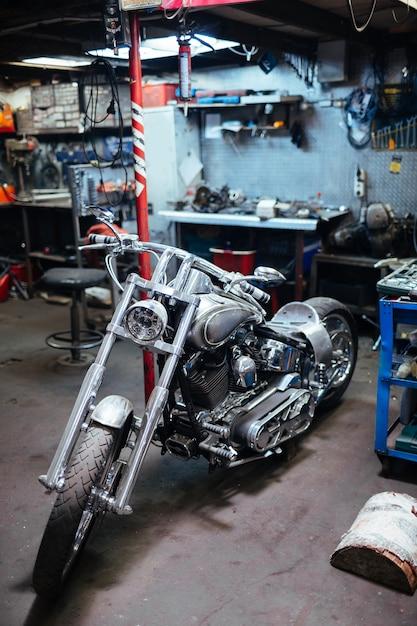 Motocicleta motocicleta em garagem Foto Premium