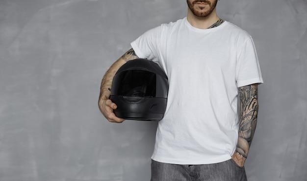 Motociclista com camiseta branca Foto gratuita