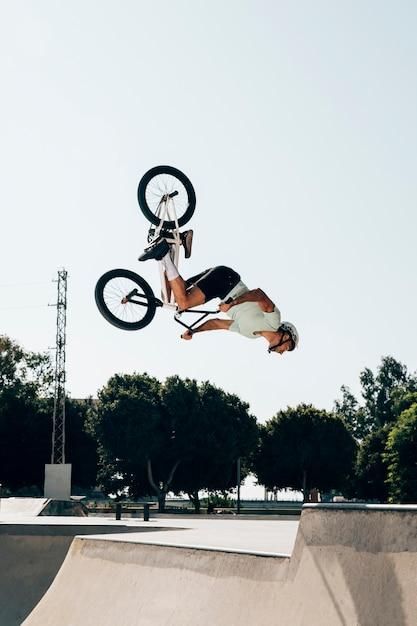 Motociclista de bmx que executa na velocidade máxima Foto gratuita