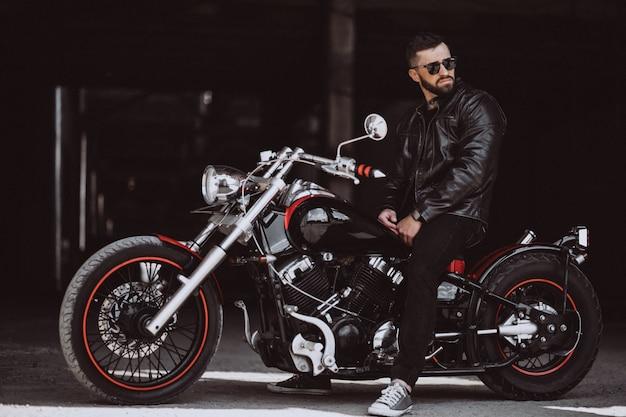 Motociclista de homem bonito, viajando de mototrcycle Foto gratuita