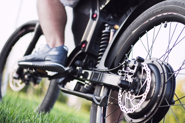 Motociclista de homem sentado na bicicleta elétrica Foto gratuita