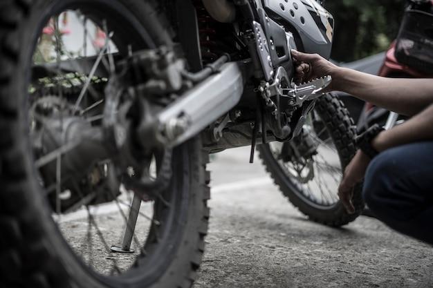 Motociclista de motocross de motor de correção de motociclista Foto Premium