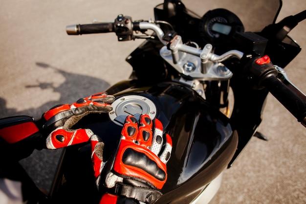 Motociclista segurando o tanque de gasolina Foto gratuita