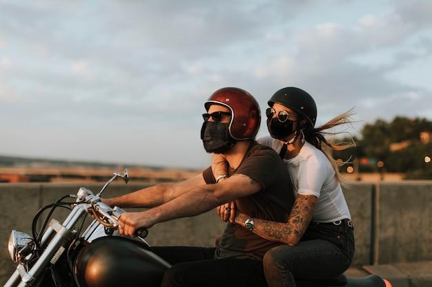 Motociclistas usando máscaras no novo estilo de vida normal Foto gratuita