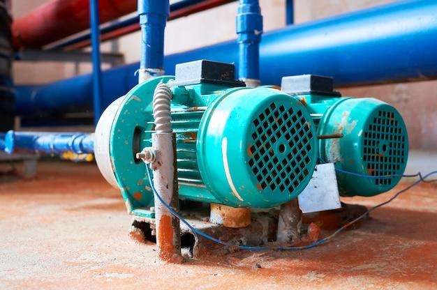 Motor azul com uma bomba conectada aos canos azuis. Foto Premium