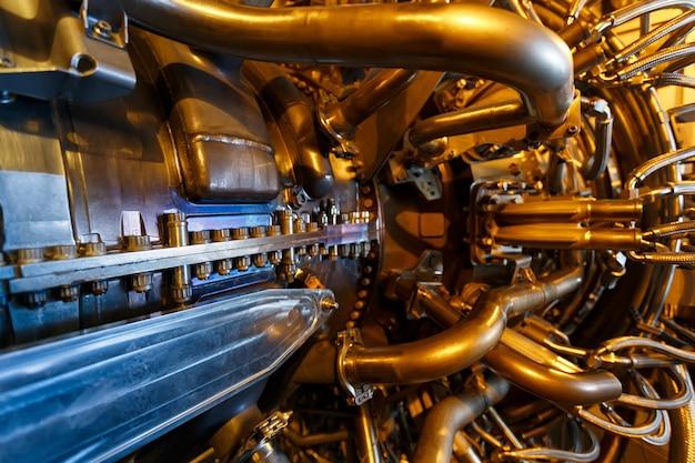 Motor de turbina a gás do compressor de gás de alimentação localizado dentro do compartimento pressurizado. Foto Premium