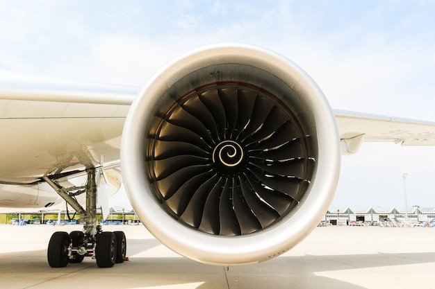 Motor do avião moderno do avião de passagem. ventilador rotativo e lâminas de turbina. Foto Premium
