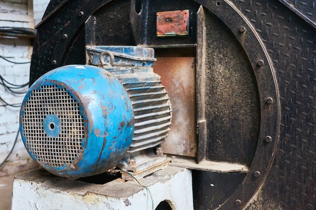 Motor elétrico riscado e oxidado velho. Foto Premium