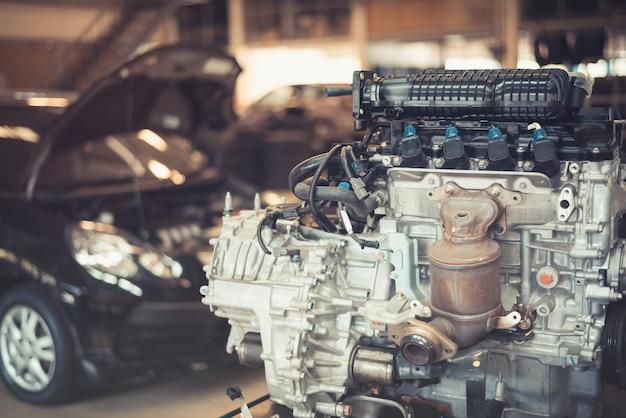 Motor em uma garagem Foto Premium