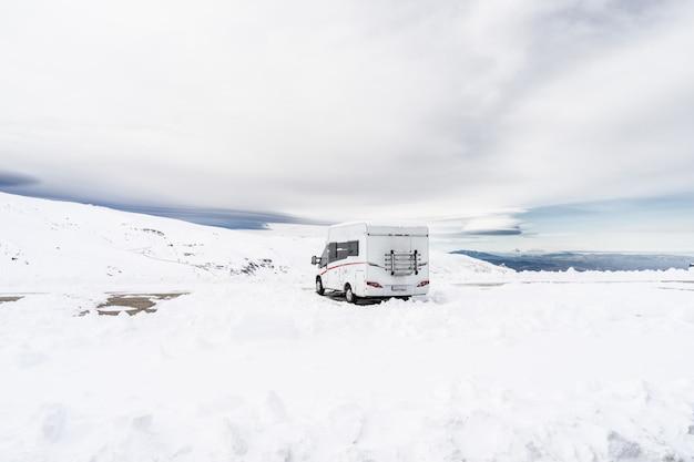 Motorhome na estação de esqui de sierra nevada Foto Premium