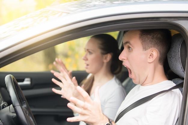 Motorista com um jovem assustador e uma mulher passageira Foto gratuita