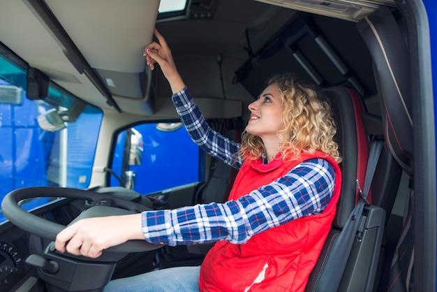 Motorista de caminhão e tacógrafo Foto gratuita