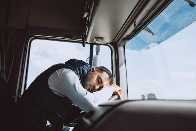 Motorista de homem do caminhão em uma empresa de logística Foto gratuita