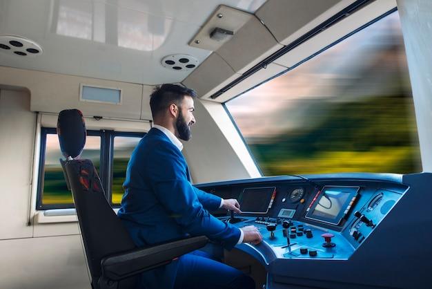 Motorista de trem dirigindo trem de alta velocidade. Foto Premium