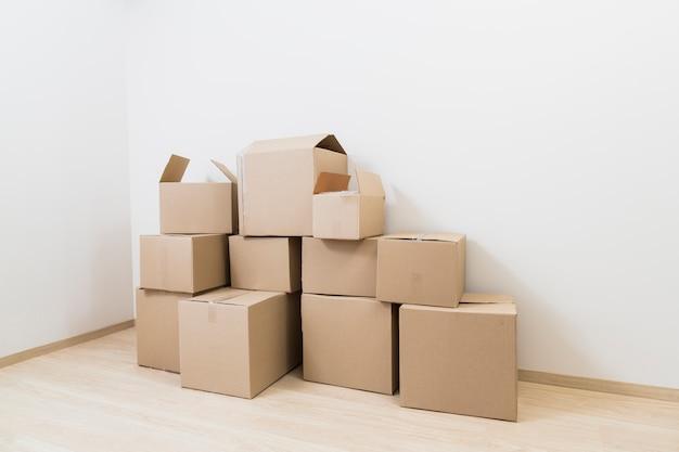 Movendo caixas de papelão na esquina da nova sala Foto gratuita