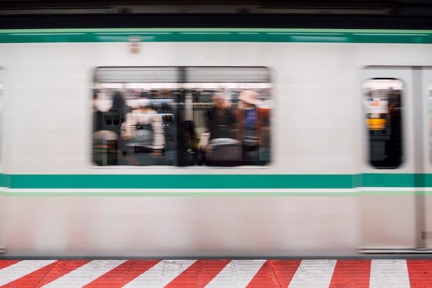 Movimento azul do movimento do trem na estação Foto gratuita